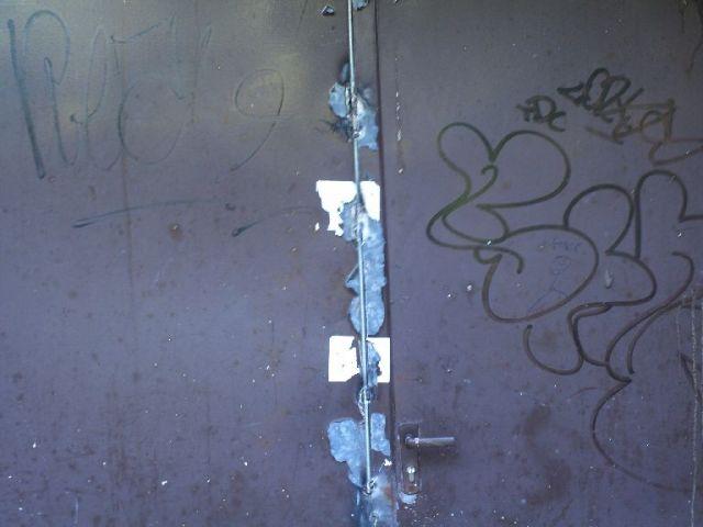 Siegelbruch an einer zugeschweißten Tür