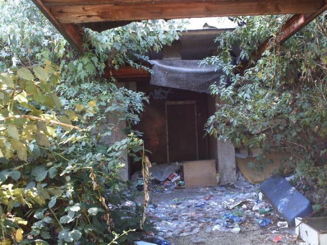 Unter der dem ehemaligen Vordach eines Eingangsbereich sammelt sich der Müll
